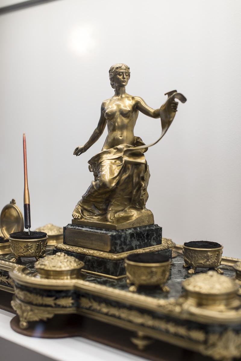 """Calamaio in bronzo dorato con allegoria della Storia, dono della compagnia figlia """"Anonima Infortuni"""" / ph. Giuliano Koren"""