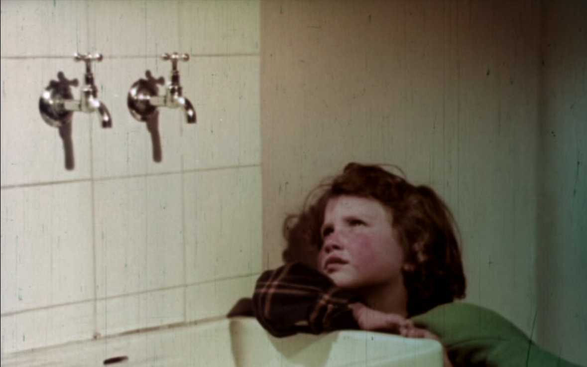 Frame from Case per il popolo with Mariuccia in the new house (1953)