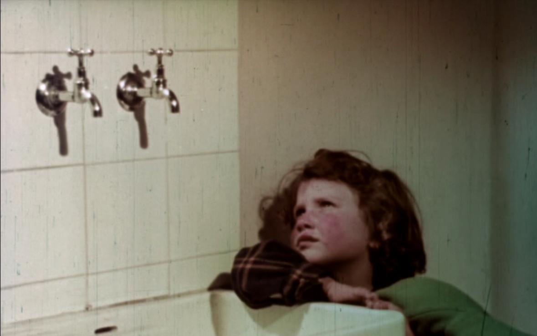 Frame di Case per il popolo con Mariuccia nella nuova casa (1953)