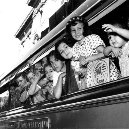 Bambini in partenza per la colonia estiva in Trentino (Circolo aziendale INA, 1956)