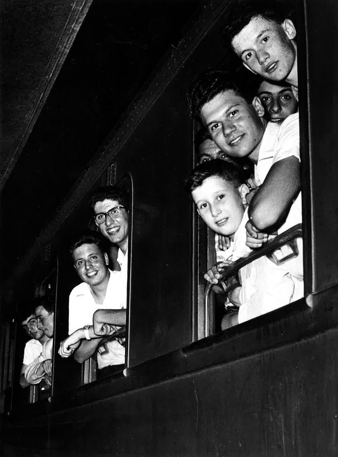 Ragazzi in partenza per la colonia estiva di Colfosco (BZ) (Circolo aziendale INA, 1956)