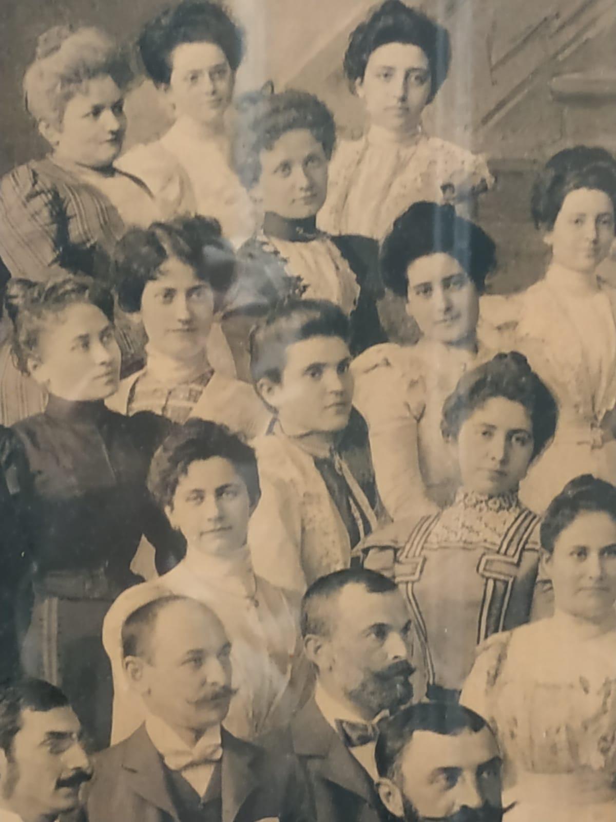 Fotografia della Direzione di Budapest donata al segretario generale Edmondo Richetti (Budapest, 1899), particolare delle impiegate