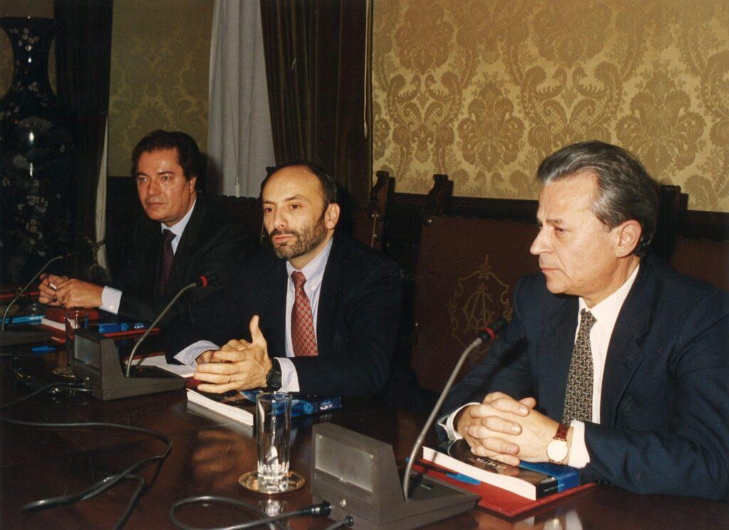 Il direttore della comunicazione Armando Zimolo (a sinistra) e il vicedirettore generale Benito Pagnanelli (a destra) danno il benvenuto al primo astronauta italiano, Franco Malerba, assicurato dalla Compagnia (Roma, 14 dicembre 1993)